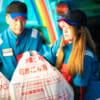事業ゴミを収集する作業員