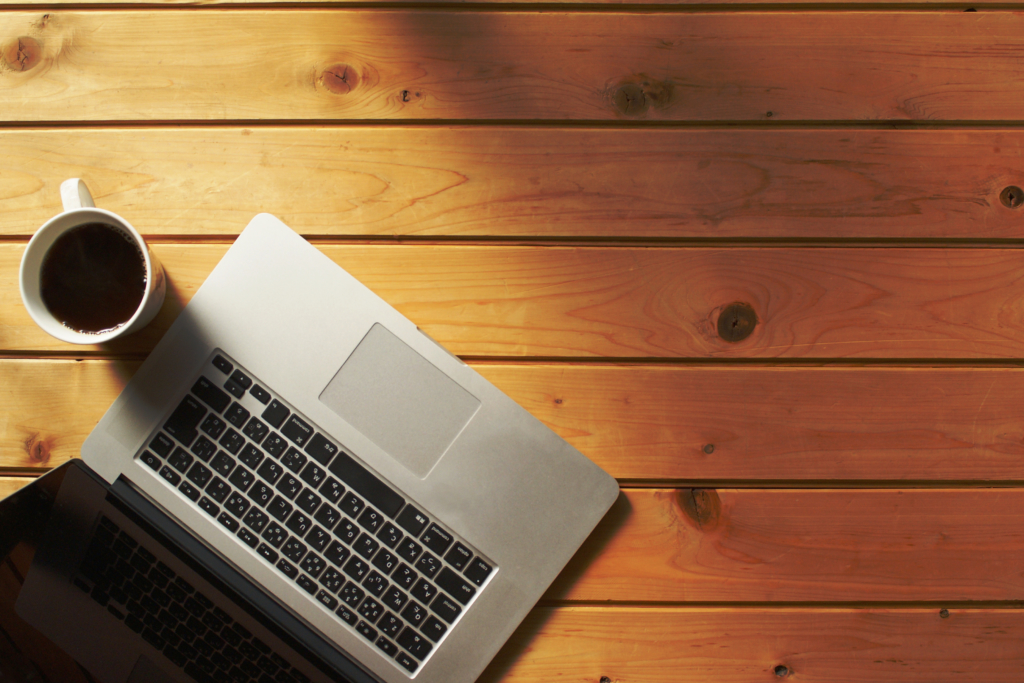 テーブルの上のパソコンとコーヒー