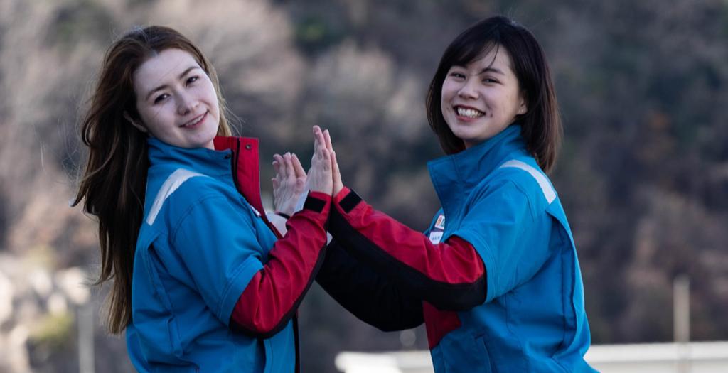 両手でタッチする女性二人