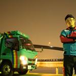 トラックと男性作業員