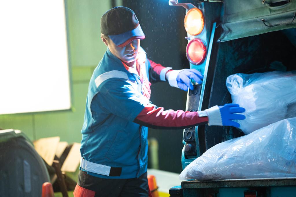 ゴミ収集をする男性作業員