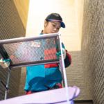ゴミを運び出す女性作業員