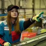 ゴミの選別をする女性作業員