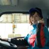 車内でポーズをとる女性