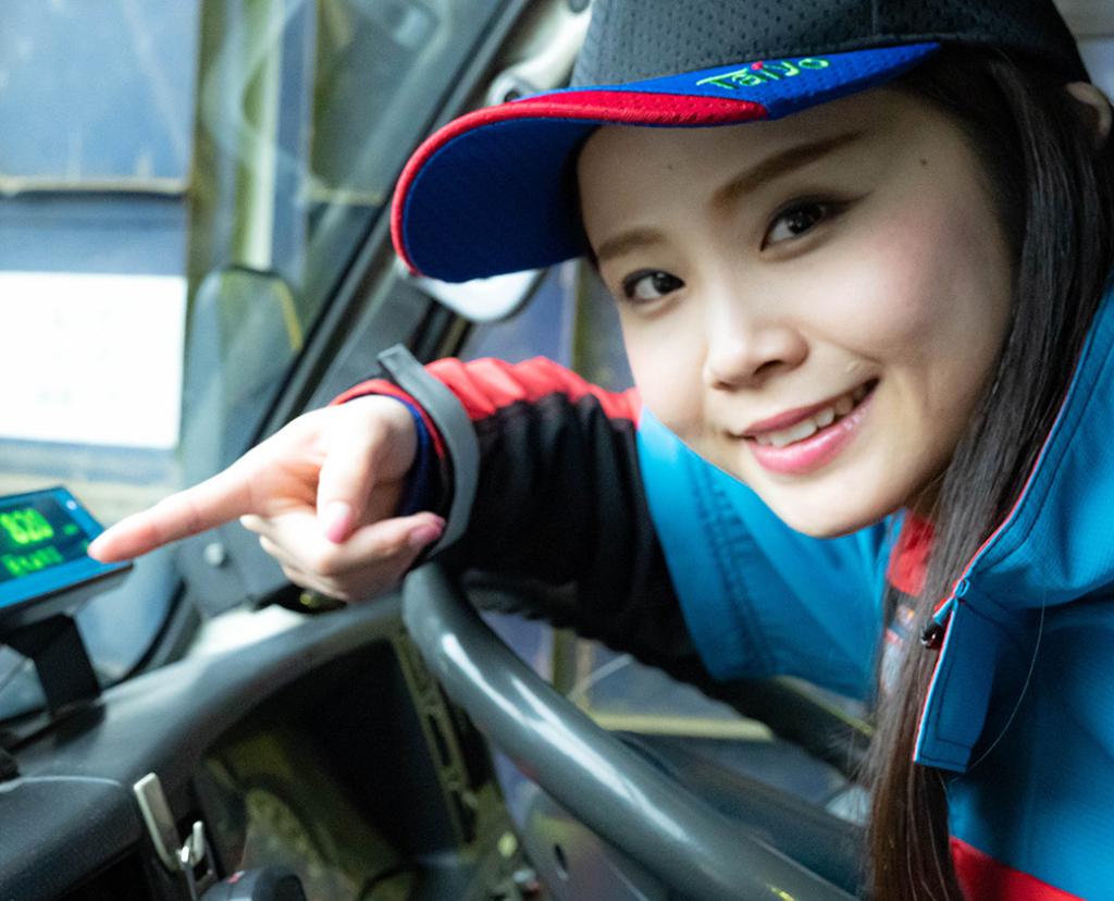 車内で指差しをする女性作業員