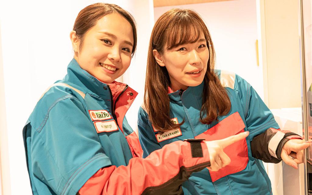 指差しをする二人の女性