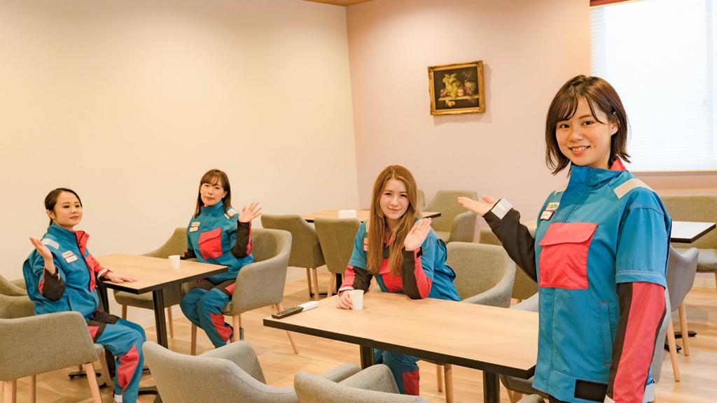 部屋を紹介する女性社員達