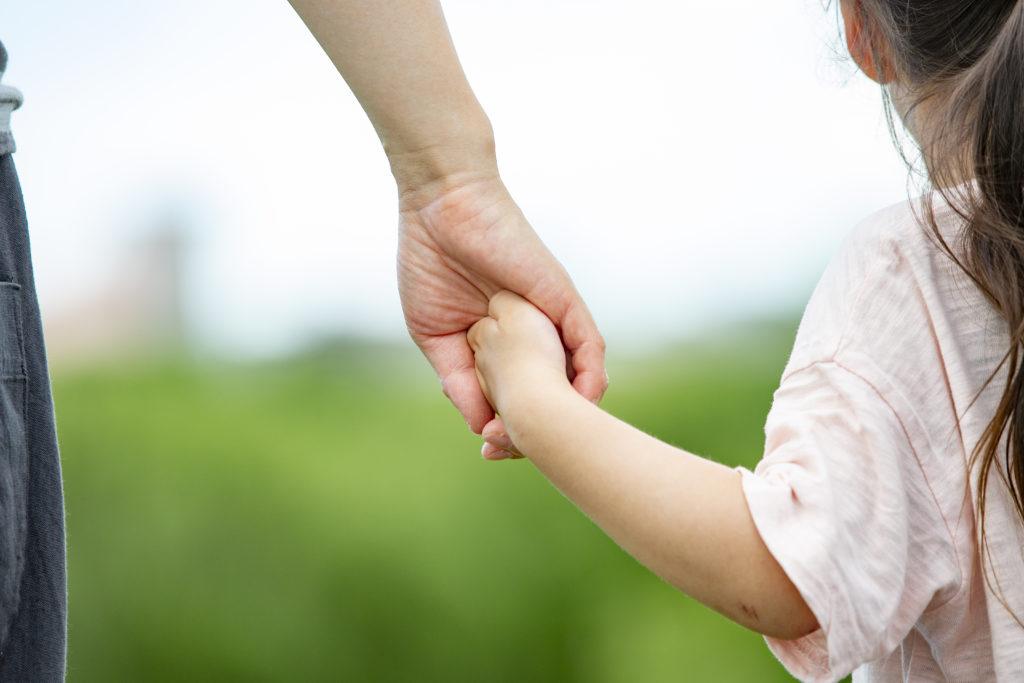 手を繋ぐ親子の後ろ姿