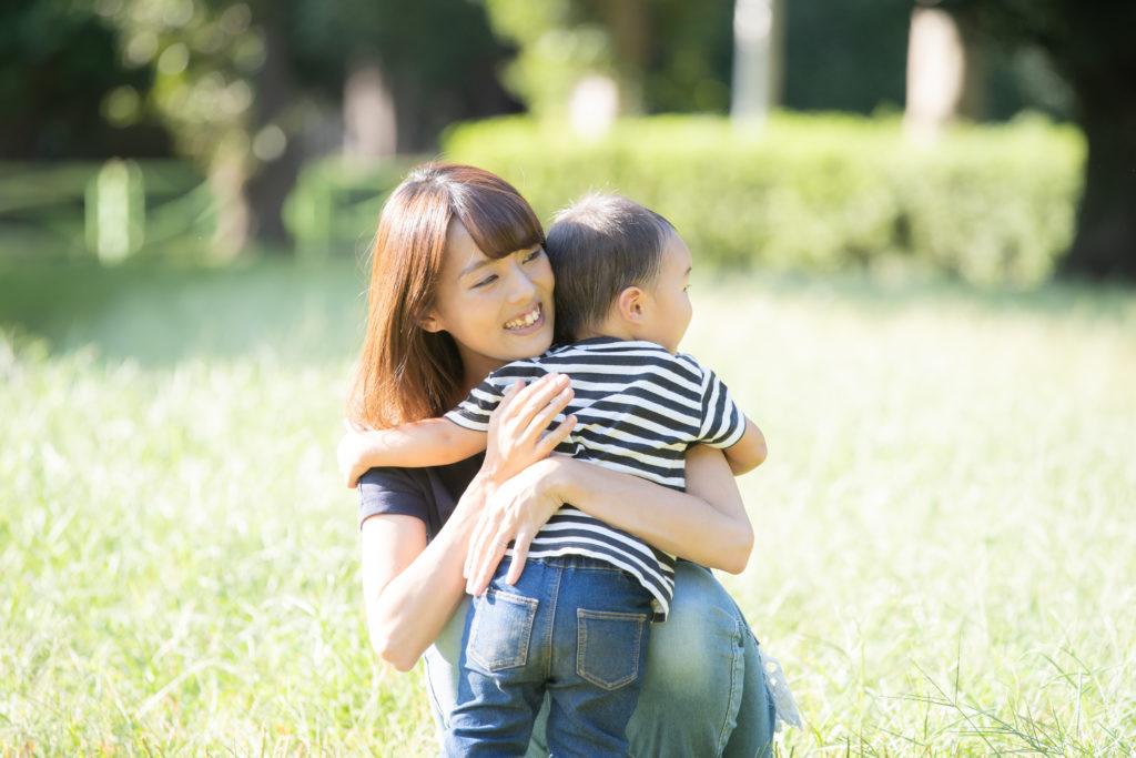 母親に抱っこされる息子